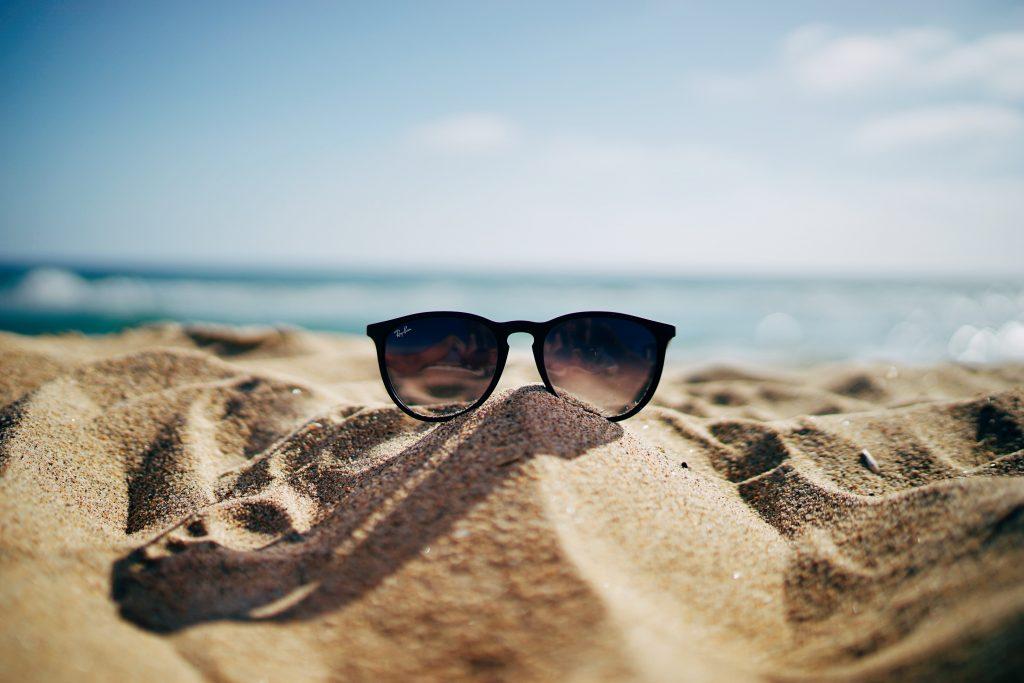 Solbriller på en strand