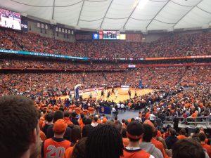 College basketball stadion, alle kledd i oransje for Syracuse