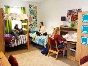 Tre jenter på college dorm