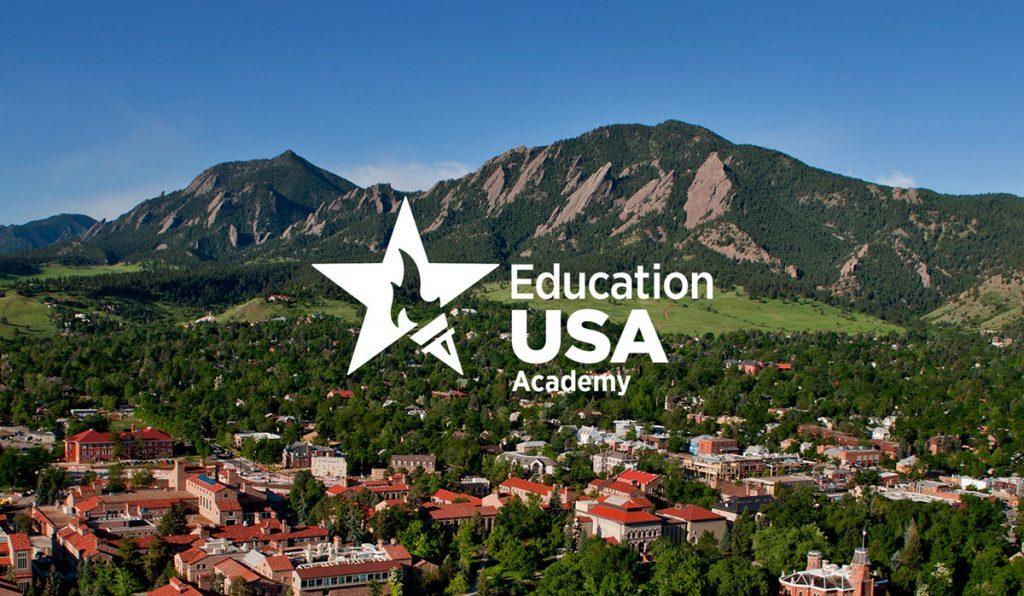 EducationUSA Academy logo foran bygninger og fjell
