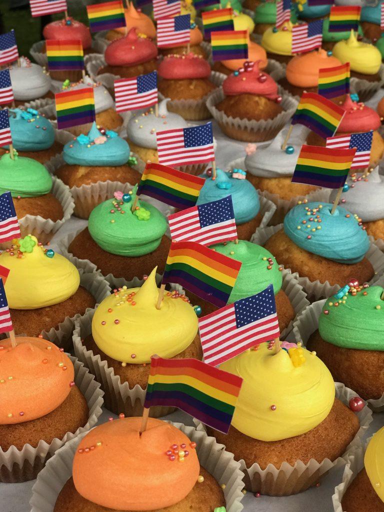 Amerikanske og pride flagg for å støtte LHBTIQ
